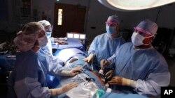 在华盛顿的乔治敦大学医院,医生从一名捐献者体内取出一个肾。