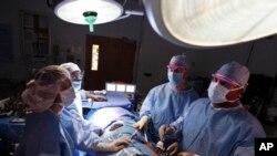 Một cuộc phẫu thuật ghép thận ở bệnh viện Georgetown University Hospital ở Washington.