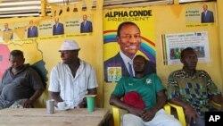 Un poster du président réélu en Guinée, Alpha Condé, dans un restaurant à Conakry, Guinea, 17 ocotbre 2015.