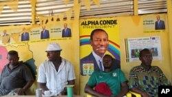 Photo d'archives : des affiches montrant le président réélu de la Guinée, Alpha Condé, placardées dans un restaurant de Conakry - 17 octobre 2015.