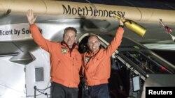 Los pilotos suizos Bertrand Piccard (derecha) y Andre Boschberg, llegaron a Tulsa, Oklahoma, el jueves, 12 de mayo de 2016, en la última etapa de su vuelo alrededor del mundo.
