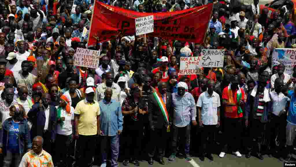 Des dirigeants de l'opposition de la Côte-d'Ivoire à pied protestent lors d'un rassemblement politique avant le référendum sur une nouvelle constitution, à Abidjan, le 28 octobre, 2016.
