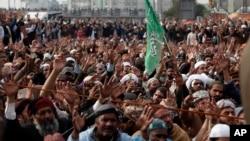فیض آباد کے مقام پر موجود دھرنے کے شرکا پیر کی دوپہر قائدین کا خطاب سن رہے ہیں