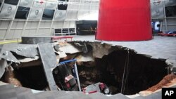 지난 12일 미국 켄터키주의 자동차 박물관에서 싱크홀 현상이 발생해 자동차 8대가 손상되었다.