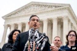 Neal Katyal, el abogado que argumentó en contra de la administración Trump en el caso Trump v. Hawaii, habla a miembros de los medios de comunicación fuera de la Corte Suprema, el miércoles 25 de abril de 2018 en Washington.