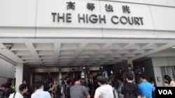 大批傳媒採訪高等法院港大臨時禁制令聆訊(VOA湯惠芸攝)
