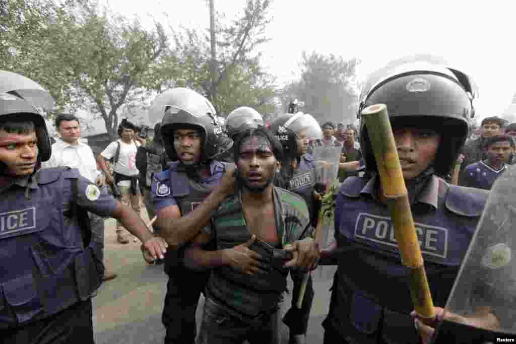 پولیس ایک کارکن کو گرفتار کر کے لے جا رہی ہے