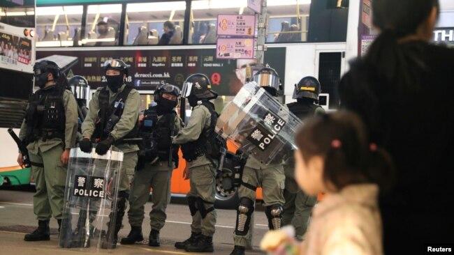 Policías antidisturbios patrullan el exterior de un centro comercial de Hong Kong el 26 de diciembre de 2019.