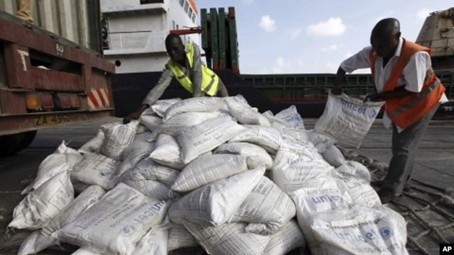 Kenyan port workers prepare to load into a ship a consignment of food from UNICEF destined for Somalia to help in the humanitarian crisis from the coastal town of Mombasa, August 1, 2011