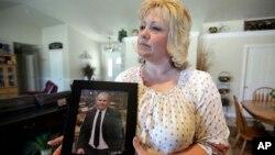 Laurie Holt, madre del estadounidense Josh Holt, detenido en Venezuela desde mediados de 2016, acusado de espionaje y conspiración contra el gobierno de Nicolás Maduro, sostiene una foto de su hijo en su casa de Riverton, Utah. Julio 13, 2016.