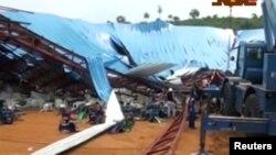 O tecto colapsou durante a missa, cidade de Uyo, Akwa Ibom, Nigéria (imagem de video)