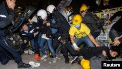 19일 새벽 홍콩 입법원 외곽에서 입법원에 점거하려는 시위대와 진압 경찰 사이에 충돌이 벌어졌다.
