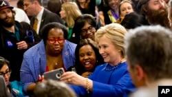 미국 대선 민주당 경선 후보인 힐러리 클린턴 전 미 국무장관이 23일 사우스캐롤라이나 주 콜롬비아 시의 한 교회에서 열린 선거유세 행사에서 지지자들과 사진을 찍고 있다. (자료사진)
