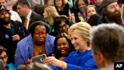 希拉里克林頓在一個競選活動上