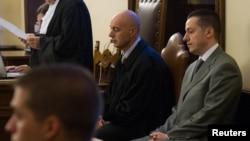Cựu quản gia của Ðức giáo hoàng, ông Paolo Gabriele (phải) ra tòa tại Vatican ngày 29/9/2012