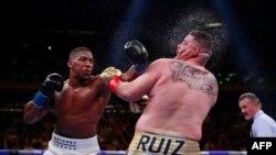 Anthony Joshua, à gauche, boxe contre Andy Ruiz au Madison Square Garden de New York, USA, le 1er juin 2019
