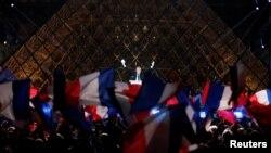 Le président élu Emmanuel Macron prononce son discours de victoire près du Louvre, à Paris, le 7 mai 2017.