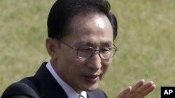 지난달 26일 한국군 창군 64주년 국군의 날을 앞두고 육·해·공군 본부가 있는 계룡대를 방문한 이명박 대통령. (자료 사진)