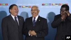 Pedro Pires (au centre) en compagnie de deux leaders africains