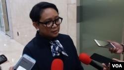Menteri Luar Negeri Indonesia Retno Marsudi berbicara kepada media di Jakarta. (VOA/Fathiyah)