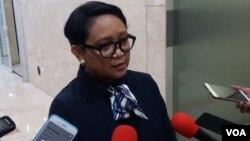 Menteri Luar Negeri Indonesia Retno Marsudi berbicara kepada media di Jakarta. (Foto: VOA/Fathiyah)