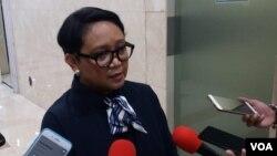 Menteri Luar Negeri Indonesia Retno Marsudi memberikan keterangan kepada wartawan soal pesawat Ethiopian Airline ET302 yang jatuh di Addis Ababa, Senin (3/11). (VOA/Fathiyah)