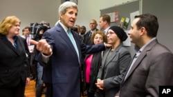 존 케리 미국 국무장관이 20일 독일 베를린에서 시리아 난민들과 만나고 있다.