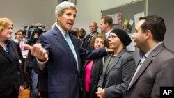 Menlu AS John Kerry (tengah) bertemu dengan beberapa pengungsi Suriah yang ditampung di Villa Borsig, Berlin, Jerman hari Minggu (20/9).