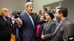 El secretario de Estado, John Kerry, se reúne con refugiados sirios en Villa Borsing, Berlín.
