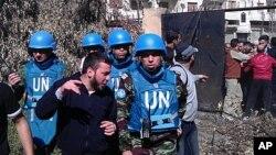 Các quan sát viên Liên hiệp quốc nói chuyện với cư dân thành phố Homs trong khi công tác ở Syria