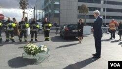 Ngoại trưởng Mỹ John Kerry đặt vòng hoa tưởng niệm các nạn nhân của vụ tấn công khủng bố tại phi trường ở Brussels, ngày 25/3/2016.