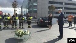 Le Secrétaire d'Etat américain John Kerry dépose une couronne de fleurs à l'aéroport de Bruxelles en mémoire des victimes des attaques terroristes du 25 mars 2016. (C. Saine / VOA)