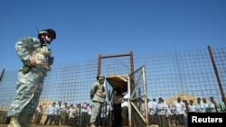 Un soldat américain devant la prison d'Abu Ghraib, Irak, 23 juin 2006