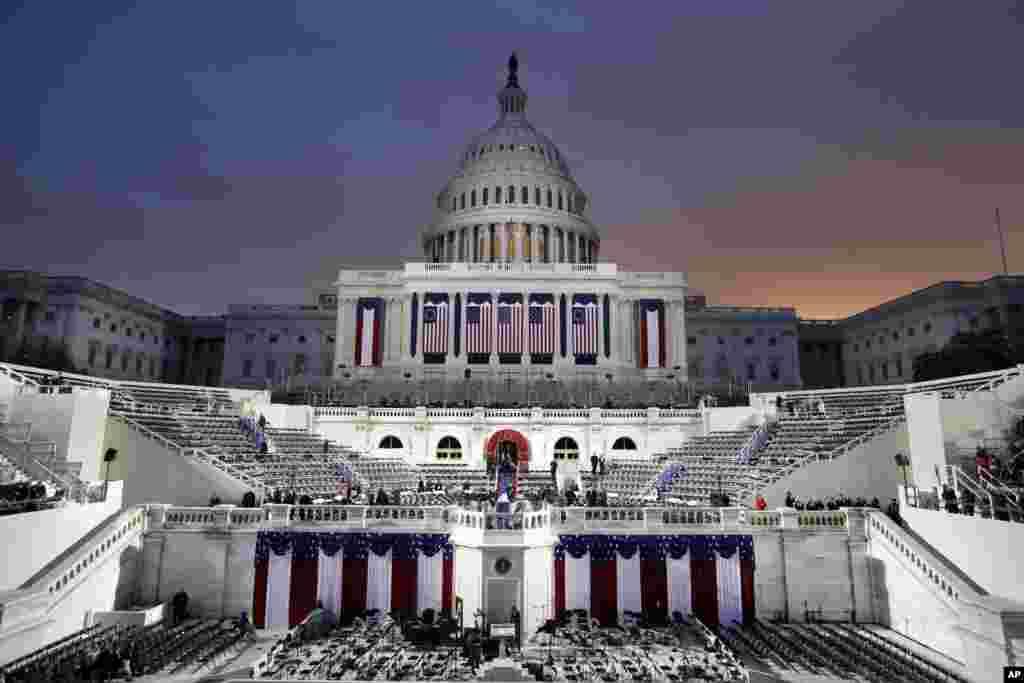 Matahari terbit di balik Kubah Gedung Capitol saat persiapan final pengambilan sumpah Donald Trump sebagai Presiden AS ke-45, 20 Januari 2017.