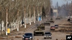႐ုရွားေက်ာေထာက္ေနာက္ခံရေနတဲ့ ယူကရိန္းအေရွ႕ပိုင္းက ခဲြထြက္ေရးသမားေတြရဲ႕ သံခ်ပ္ကာကား ယာဥ္တန္းကို Debaltseve ၿမိဳ႕နားမွာေတြ႔ရစဥ္။ (ေဖေဖၚဝါရီ ၂၂၊ ၂၀၁၅)
