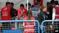 4月4周一當日第一批非法移民從希臘被送往土耳其時一名警察對民眾講話。