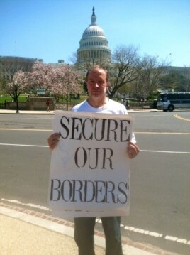 Jim MacDonald of New York protests an immigration reform rally in Washington, D.C. (VOA/K.Woodsome)