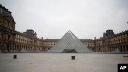 巴黎卢浮宫外空空荡荡。(2020年3月17日)