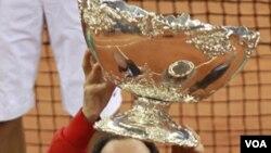 Kapten Tim Davis Spanyol, Albert Costa mengangkat trofi setelah mengalahkan Argentina pada final turnamen Piala Davis di Sevilla Spanyol. (4/12)