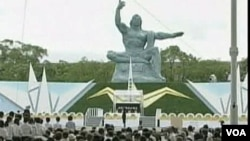 Ribuan warga menghadiri upacara memperingati 66 tahun jatuhnya bom atom di kota Nagasaki, Selasa (9/8).