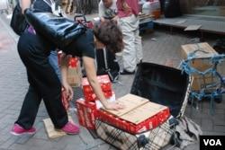 有水貨客在店舖購買數十盒同一品牌的朱古力,在店舖外裝貨