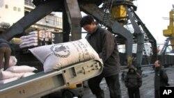 WFP가 지원한 식량을 북한의 한 노동자가 하역 작업을 하고있다. (자료사진)