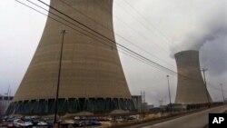 Menara-menara pendingin di Pembangkit Listrik Beaver Valley, di Shippingport, Pennsylvania, 11 Desember 2000.