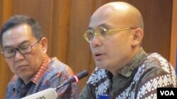 Juru Bicara Kementerian Luar Negeri Arrmanatha Nasir (kanan) dan Direktur Asia TImur dan Pasifik Kemenlu Edi Yusup (kiri) dalam jumpa pers di kementerian Luar Negeri, Pejambon, Jakarta, Kamis 18/8 (VOA/Fathiyah Wardah).