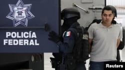 지난달 15일 멕시코시티 국제공항에서 마약 밀매 가담 및 동료경찰 살해 혐의로 체포된 경찰.