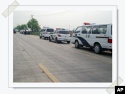 当地警察在现场监管执行南贾素村毁麦现场