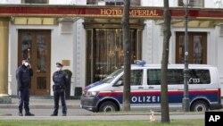 Policajci ispred hotela u Beču u kojem je odsela iranska delegacija, (Foto: AP/Florian Schroetter)