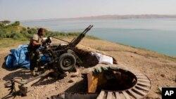 Un combatiente kurdo protege la represa Mosul, la más importante de Irak.