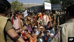 印度妇女举行抗议活动,要求政府保证妇女地位(2010年3月9号资料照)