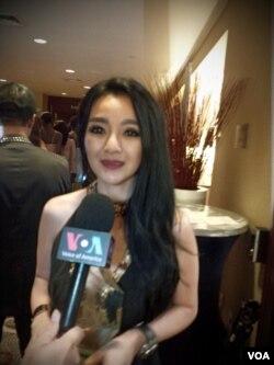 Diana Couture tengah diwawancara oleh VOA (VOA/Naratama)